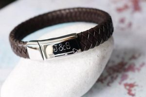 Leather bracelet with engraved clasp